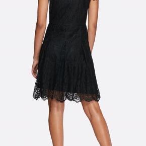 Blonde kjole med ærmer og dobbeltlag. Med v-hals, knælang.