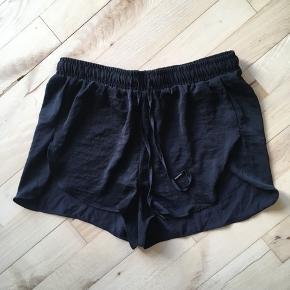 Sorte H&M-shorts i satin-agtigt materiale • aldrig brugt •