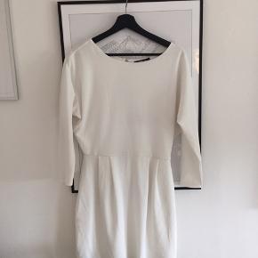 Super fin hvid kjole! Brugt 2 gange i studentertiden! BYD!