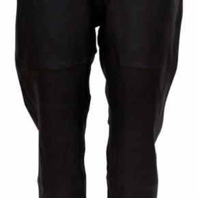 Brugt 2 gange, lækre lidt loose læderbukser i det blødeste skind. Style Erin. De er store i str og svarer til 36/38 selvom der i buksen står 34. Elastik i talje. Handler Ts!