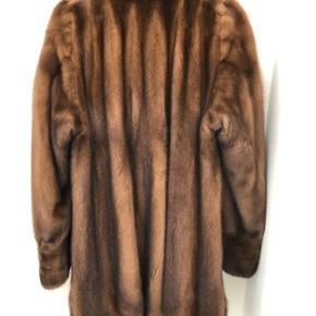 Sælger min mors klassiske minkpels fra Saga Mink. Exclusive Swedish Design. High Quality Fur. Certifikat haves. Model Malibu GL611. Skindart: Mink Scanbrown. Str 40. Mange fine detaljer. Stikllommer. Nypris 22.999kr.  Flere billeder haves. Kan prøves i Vedbæk.
