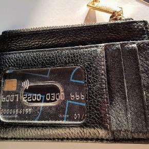 Superfin lille læder multi wallet fra Marc Jacobs... måler 13x9x1 cm Stort rum med nøglering i. På siden kortholder rum + større rum. Guld zipper har lidt brugsspor