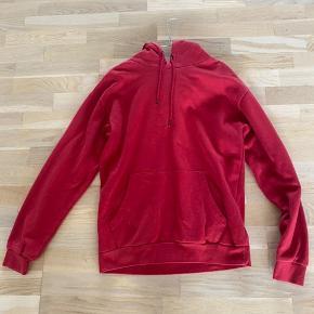 Basic rød hoodie fra Zara. Næsten ikke brugt og ingen tegn på skader