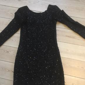Flot glimmerkjole str.xs (helt sort) fra Minimum😀 Kan afhentes i Århus C