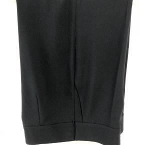 Klassiske bukser med stor vidde i benene, lynlås i siden og flot kvalitet.