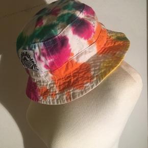 Tie dye multifarvet bøllehat fra milkcrate athletics - Streetwear brand. Vil sige størrelsen er en medium.