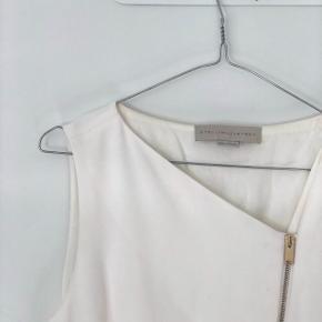 Super fin hvid Stella McCartney kjole. Str 40 (svarer til en str SMALL!). Købt på MyTheresa.com.  Brugt 1 gang (som konfirmationskjole). Sælger da jeg ikke får den brugt igen. Kom gerne med bud!