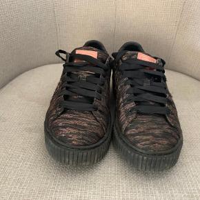 Jeg sælger de her Puma sko, da jeg ikke bruger dem mere. De fejler intet, men tænger dog til en vask. BYD