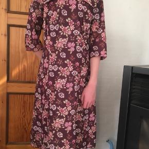 Den fineste vintagekjole 💗 den går til omkring knæene og er i rigtig god stand. Er blot prøvet på.