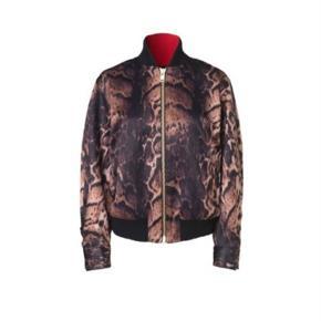 MB-Bomber jakke str. 34 ( til den store side) Aldrig brugt - stadig tags på. Ny pris 3299 kr. Bytter ikke.