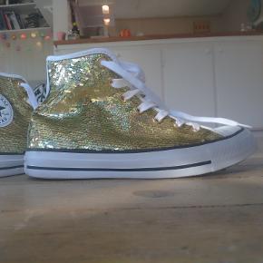 Flotte, glimtende støvler i guld palietter. Brugt 1 gang og fremstår som nye.