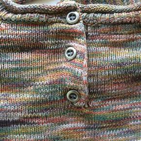 Brand: Small rags Varetype: Kjole Farve: Multi Oprindelig købspris: 400 kr.  Super lækker kjole i bomuldsstrik, med 3 knapper i ryggen. Er i den gode ende af GMB-kategorien.  Mp = 75 pp.