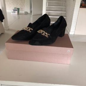 Flotte ballerina sko med en lille hæl på. Brugt få gange og fremstår nærmest som nye. Np 1300,-  Sendes med DAO eller kan afhentes i Haslev
