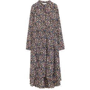 Boii Studio Tina Meadow kjole  Tina er en langærmet kjole med asymetrisk længde, hvor den er længere bagtil end foran. Kjolen er lavet i en oversized pasform og vil derfor være lidt stor i størrelsen Str.XS men stor i størrelsen jeg er str.38 og passer fint til mig