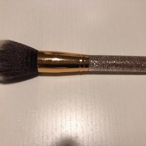 Ny og ubrugt pensel. 101 Plush Powder Brush.   35,- + fragt. Sender gerne med Dao kr. 37,- 📦  Bytter ikke.  Kan afhentes i Odense.  Mængderabat  💛