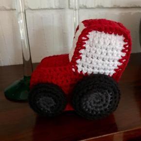 Brand: hjemmehæklet Varetype: Hæklet traktorer Størrelse: 12x10 cm Farve: se fotos  Lille fin traktor hæklet i bomuld og med fiberfyld. Kan vaskes i vaskemaskine. Fra røg- og dyrefrit hjem.