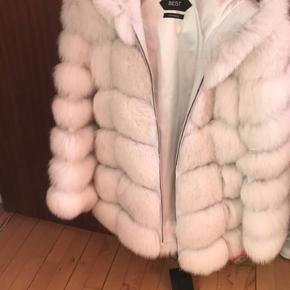 Naturlig pels💯💯💯💯  Købt sidste år fra en eksklusiv pelsbutik  Det er aldrig Brugt , Kun provet på  Jeg har Betalt 5300 dkk  Har aftagelige ærmer, hvilket betyder, at du kan bære dem som vest.  Pris er fast💝Ⓜ️🔝💯