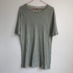 🍀 Sej og let, lang t-shirt fra Weekday (kan bruges som t-shirt kjole) 🍀 Brugt 1-2 gange, NP cirka 120kr 🍀 Swipe for at se detaljerne bedre
