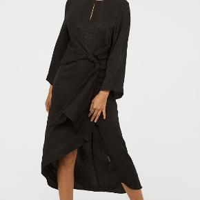 Sort kjole (beklager hvis det ikke skinder igennem på billedet) med print og fine detaljer.  Nu og med prismærke.
