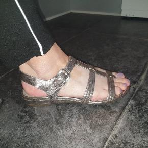 Lækre flade sandaler, aldrig brugt.  Giv et bud.
