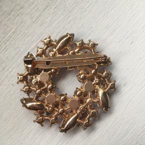 Fin vintage broche med lilla sten.  Mål: 5x5 cm.  Ingen sten mangler.