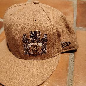 Brugt New Era cap (Boston) i 7 3/8 (58,7 cm). Cap i fin stand!