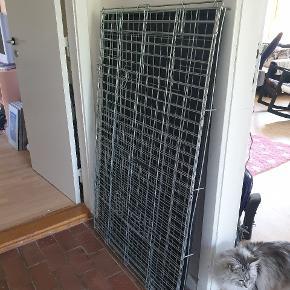 Hej! Vi har et KÆMPE hundebur, som vi gerne vil have solgt. Målene er ca. 120 længde x 75 bredde x 78 højde. Nypris: 599 kr.  Det er ca. 1/2 år gammelt, men er ikke blevet brugt specielt meget. Ingen rust. Pris ide: 499 kr. Kom evt. Med realistisk bud, INGEN SKAMBUD TAK.
