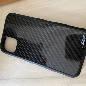 SCF - Simply Carbon Fiber cover til iPhone 11. Nypris 350 kr