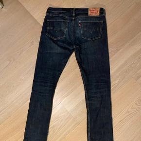 Mørkeblå flotte Levi's jeans. W 32 og L32.  Ingen tegn på slid, men de er blevet brugt lidt.  Er åben for andre bud!