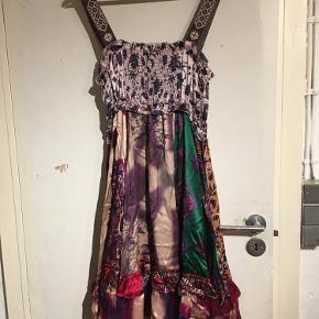 Helt fantastisk smuk kjole. 100% silke.  Aldrig brugt, så er som ny. Tags medfølger.  Det er en str 1. Svarer til 36. Men en 38 vil også sagtens kunne passe den, da brystregionen er smock.