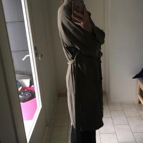 Fed mørkegrøn jakke fra Zara - beklager den er lidt krøllet på billedet ✨ Byd