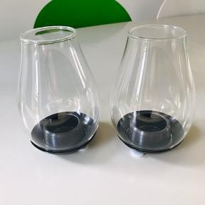 Super flotte og stilrene fyrfadsstager fra Holmegaard Design with Light. 14,5 cm høje. Materiale er stål og glas. Passer til fyrfadslys.  De er som nye, ingen fejl, ridser eller andet. Kun anvendt med elektroniske fyrfadslys.  De sælges samlet og prisen er for dem begge.  Normalpris pr. stk. 349,- kr