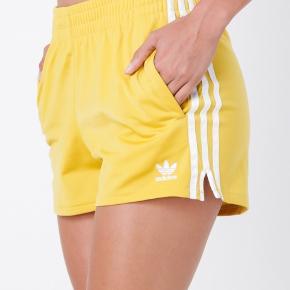 Fede shorts fra Adidas i str. 36. De er aldrig brugt 💛🤸🏻♂️