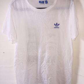 T-shirt fra Adidas med tryk på ryggen. Brugt meget lidt😊  #30dayssellout