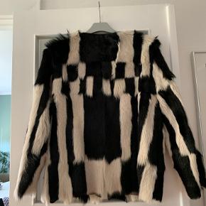 Købt sidste år str.38 dansk ægte pelsjakke  Brugt en gang den er absolut som ny Kan ses og prøves i Vanløse