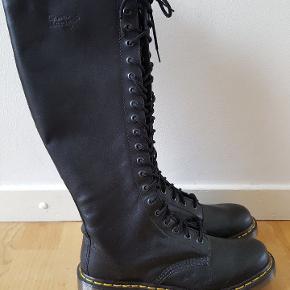 Støvler med 20 huller.