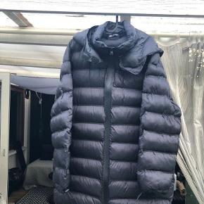 Varm og let vatteret jakke med hætte i str. large, aldrig brugt Længde 89 cm, brystvidde 60 cm  Mængderabat gives se mine andre annoncer