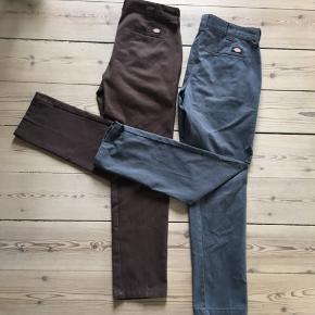 To par Dickies Work pants - de brune par er i størrelse W33/32 og det grå par er i størrelse W34/32 - 105 cm i længden - de sælges samlet til 290kr - Et par 150kr ;)