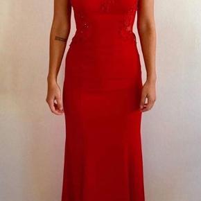 Ny, fin gulvlang gallakjole i rød med mest i siderne og på ryggen og fine perler ved brystpartiet. Den passer en med en højde på omkring 170-175.  Den har stadig prismærke på, da jeg ikke kan passe den.