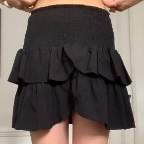Sælger denne nederdel Sælges da jeg ikke bruger den  Ingen direkte tegn på slid  Kan næsten fit alle str da der er elastik i