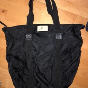 Stor taske fejler ikke noget men er lidt krøllet. Den er 45x55 cm