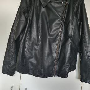 Jeg sælger min fine jakke da jeg ikke får den brugt ❣❣ Det er str 46 og jeg gav ca 400 kr for den  200 kr