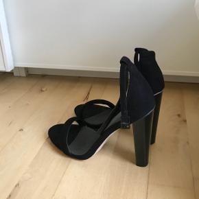 Elegante stilletter fra Asos! Hælen er af lak og vil skyde på hælen er 11 cm. De er dog lidt små i størrelsen.