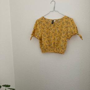 Fin bluse med blomsterprint fra H&M i str. S og med bindedetalje i ærmerne. Sidder til i taljen💛💫