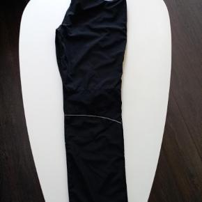 GRATIS DAO 25-27 NOV  Varetype: Bukser Størrelse: XL Farve: Sort Oprindelig købspris: 550 kr Løbebuks brugt 2 gange. Hurtig handel via MobilePay 176 kr incl DAO