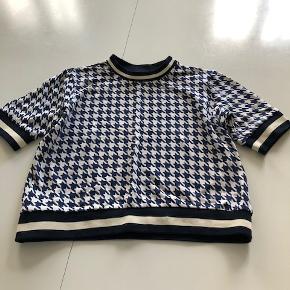 Afslappet sweatshirt med korte ærmer.Vasket 2 gange.