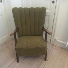 Smuk gammel lænestol med grønt betræk. På sædet er der et lille hul i stoffet - se billede i kommentarfeltet.  Hentes på Amager (ved Christmas Møllers Plads).