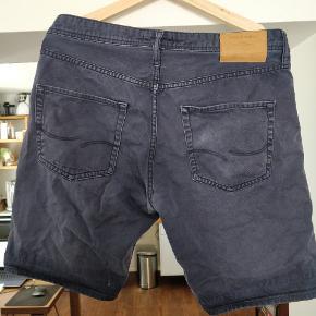 Fine shorts fra Jack & Jones i størrelse medium. Shortsene er helt fint uden huller, men grundet lang tids brug, er de afbleget i solen og har derfor mistet farven lidt. Jeg har nu gået med dem alligevel, foldet lidt op som man også kan se på billedet 😊  Der er desuden nogle mørke streger på forsiden af højre lår, som jeg først har lagt mærke til nu.