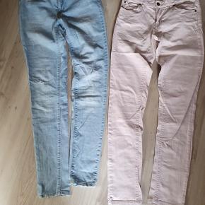 """To par jeans i str. """"28""""/32 Rosa par fra Saint tropez med stræk Lyse denim fra noisy May med stræk. Begge par er pæne og velholdte.  BYD gerne og tag et kig forbi mine andre annoncer og spar penge - også på portoen 😉"""