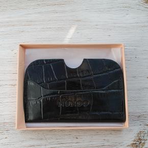 Rigtig fin kortholder fra Nunoo med hele tre rum til kort. Der medfølger en fin æske med kortholderen.